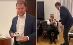 Igor Matovič vo videu obsluhuje čašníka, ktorý pracoval pre všetkých slovenských premiérov