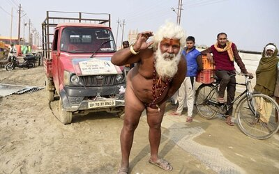 Indický mnich utáhl náklaďák jen svým přirozením. Takzvaní sádhuové jsou známí ohromnou silou a černou magií