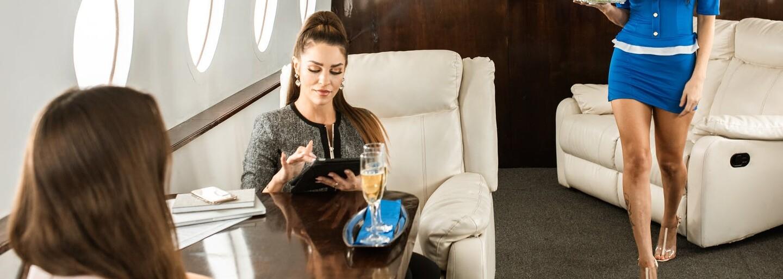 Influencerka sa tvárila, že letí biznistriedou. Cestujúci ju však prekukli a postarali sa jej o hanbu