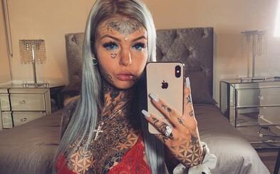 Influencerka si dala tetovanie na oči a oslepla. Na úpravu tela minula už 16 000 €