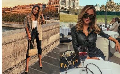 Influencerce se lidé vysmívají za fotomontáže z výletu do Paříže. Na mostě se nenápadně vznáší nad zemí