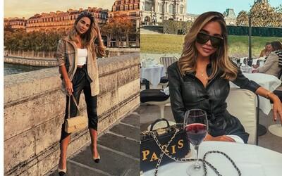 Influencerke sa ľudia vysmievajú za fotomontáže z výletu v Paríži. Na moste sa nenápadne vznáša nad zemou