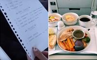 Influencerovi sa letecká spoločnosť vyhráža žalobou za zverejnenie provizórneho, rukou písaného menu v biznis triede