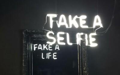 Inšpiratívne odkazy postavené na kúzle zrkadlového odrazu sú plné hĺbky. Kolumbijský umelec nimi upozorňuje na dnešné správanie ľudí