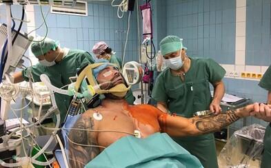 Instagram Karlosa Vémolu už opäť funguje. Zdieľal na ňom fotku z operačnej sály