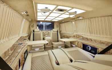 Interiér akoby vystrihnutý zo súkromného lietadla. Ultra-luxusne upravený Mercedes triedy V nemá konkurenciu