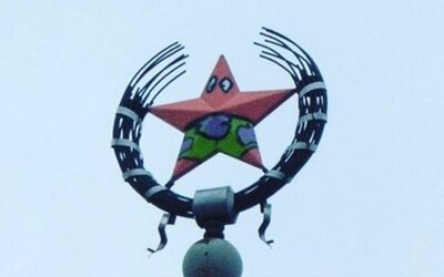 Internet pobavil pomaľovaný komunistický symbol v Rusku. Červená hviezda na streche bola zmenená na Patricka zo Spongeboba
