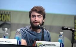 Internet sa baví na Danielovi Radcliffeovi, ktorý si pri natáčaní filmu obul tigrie papuče a mával so zbraňami v rukách