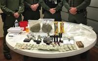 Internet sa vysmieva policajtom, ktorí hrdo pózovali s drogovým záťahom. Naskladali pred seba aj jednodolárovky