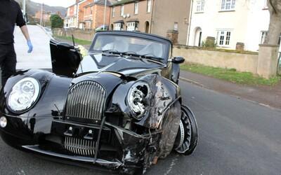 Inženýr rozbil ručně vyrobené auto za 3 miliony korun kilometr od továrny. Narazil na první testovací jízdě