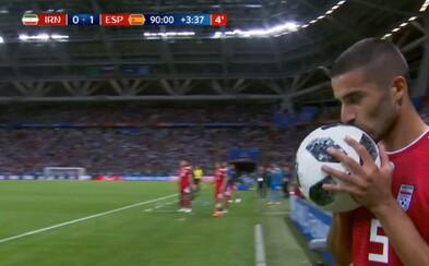 Iránsky futbalista sa v posledných sekundách zápasu pokúsil o akrobatické vhadzovanie, zostal však na smiech