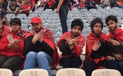 Iránsky zákon zakazuje ženám navštíviť futbalový zápas, fanúšičky sa však vynašli. Falošné ochlpenie z nich vykúzlilo mužov na nerozoznanie
