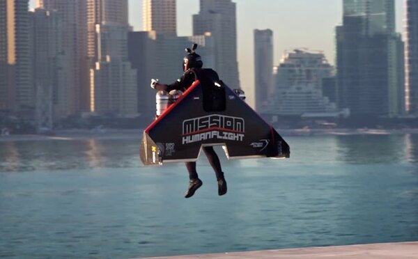 Iron Man z Dubaje letěl s jetpackem do výšky 1 800 metrů. Přístroj dosahuje rychlosti 400 kilometrů za hodinu