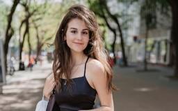 Ivana s ruksakom Louis Vuitton za 1 700 € či Saška s kabelkou za 5 €: takto štýlovo sa obliekajú Slováci, tepláky nehľadaj