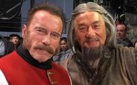 Jackie Chan a Arnold Schwarzenegger natočili ruský dobrodružný horor. Sledujte prvý trailer