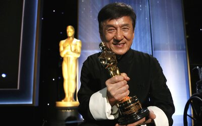 Jackie Chan si převzal Oscara za celoživotní dílo z rukou Sylvestera Stallona