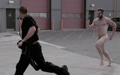 Jai Courtney alias Captain Boomerang naháňal na natáčaní Suicide Squad režiséra celkom nahý