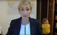 Jak by to dopadlo, kdyby legendární rozhovor pro BBC dělala žena? Fantastické video vyrušeného profesora má už několik skvělých parodií