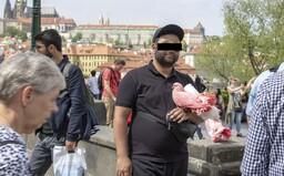 Jak se dělá špinavý byznys v centru Prahy: Kolik za hodinu vydělají trápením hadů a holubů a skákáním v medvědím kostýmu?