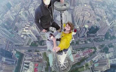 Jak vypadá selfie z nejvyššího bodu věže Shun Hing ve výšce 386 metrů? Mladí rusové se vám pochlubí na videu!