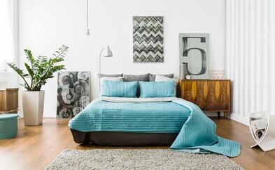 Jak zútulnit ložnici? K pocitu pohodlí ti pomůže přehoz přes postel i závěsy