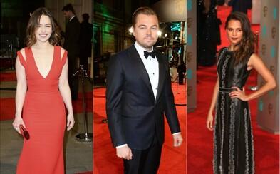 Jaké outfity známých hvězd přinesla největší událost britského filmu? Podívej se na červený koberec BAFTA 2016
