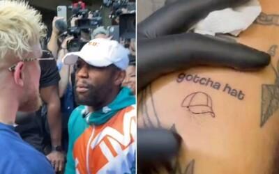 Jake Paul si krádež čapice Floyda Mayweathera dal vytetovať na telo. Conor McGregor boxera vysmial