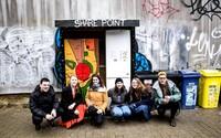 Jakub se svojí organizací pomáhá lidem v nouzi. V lednu spustil projekt Veřejná skříň, kam může každý přinést jídlo nebo oblečení