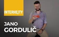 Jano Gordulič číta reakcie na svoju kritickú reláciu, ktorá vnáša do diania na Slovensku nadhľad spojený s humorom a pravdou