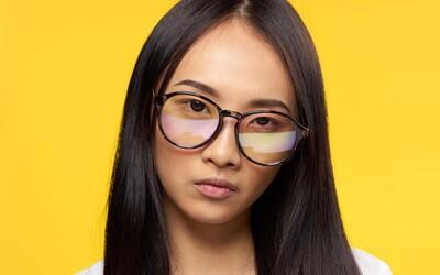 Japonské firmy zakazují ženám nosit brýle, prý v nich působí příliš chladně. Mnohé se kvůli diskriminaci bouří