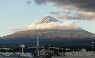 Japonskí záchranári našli telo. Možno je to muž, ktorý svoj výstup na vrch Fuji vysielal naživo. Kamera zachytila aj jeho pád