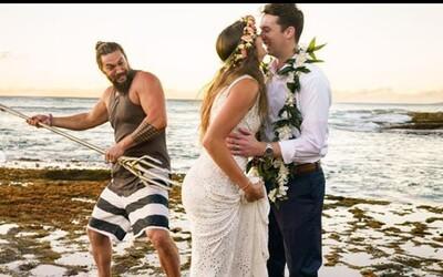 Jason Momoa narušil plážové svatební fotografování na Havaji svým trojzubcem