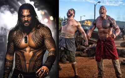 Jason Momoa si mal v spin-offe zahrať Hobbsovho brata. The Rock prezradil, či si nájde čas a ukáže sa v dvojke