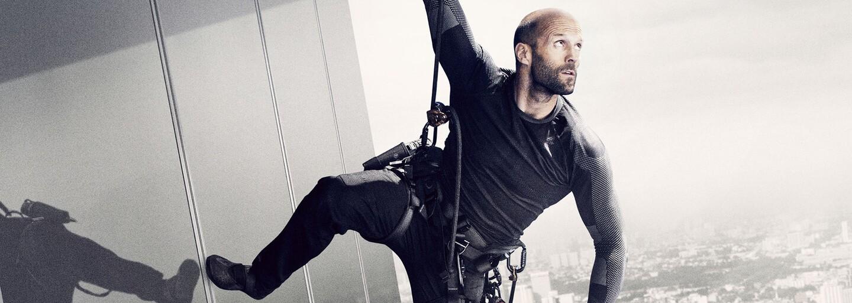 Jason Statham vypočúva neodolateľnú Jessicu Albu v novej scéne z pokračovania Mechanika