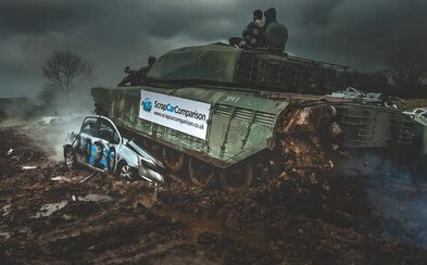 """Jazdi na tanku, odpáľ výbušniny, strieľaj zo zbrane. V Británii otvorili """"deštrukčnú terapiu"""", má pomôcť vybiť hnev z pandémie"""