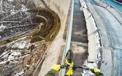 Jazdiť na zábradlí rakúskej priehrady riskujúc istú smrť si vyžaduje pevné nervy. Trúfli by ste si?