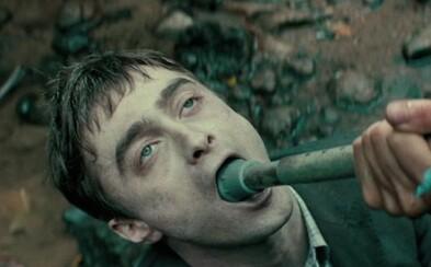 Je dobrodružná komédia s prdiacou mŕtvolou Daniela Radcliffea rovnako kvalitná, ako kontroverzná? (Recenzia)