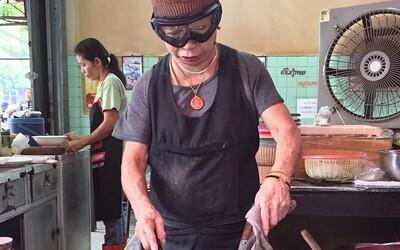 Je jí 70, má pouliční stánek a při vaření nosí lyžařské brýle. Navzdory tomu ocenili výstřední kuchařku michelinskou hvězdou
