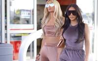 Je móda zo začiatku milénia späť? Kim Kardashian a Paris Hilton vytiahli zamatové súpravy ako v časoch najväčšej slávy