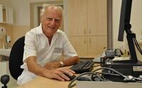 Je mu 82 let, místo důchodu stále pomáhá. Lékař jako první v Česku otevřel ordinaci pro lidi bez domova