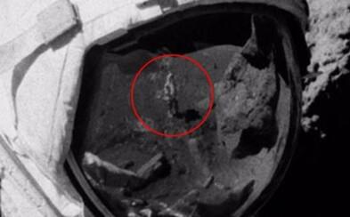 Je pristátie na Mesiaci len podvod? Na zvláštnej fotke vidia ľudia muža bez skafandra ďaleko od Zeme