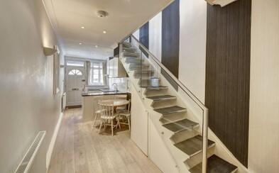 Je široký jen 2 metry, ale domek se prodává v exkluzivní čtvrti za 38 milionů korun. Dokážeš si v něm představit život?