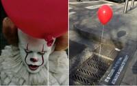 Je to blíž, než si myslíš. V ulicích se objevily červené balónky z hororu It a lidem z nich běhá mráz po zádech