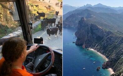 Jedeň deň ideš na hory, druhý piješ so šoférmi a tretí sa opaľuješ s kuchárkou. Ako vyzerá zájazd českých turistov na Korziku?