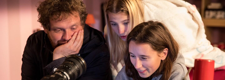 Rozhovor: Muž zapínal webkameru 13-ročného dievčaťa. Nahrával si ju pri veľmi intímnych chvíľach, hovorí režisér Vít Klusák