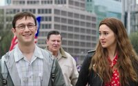Jeden z najhľadanejších mužov 21. storočia, Edward Snowden, romanticky vtipkuje s priateľkou v novej ukážke z filmu