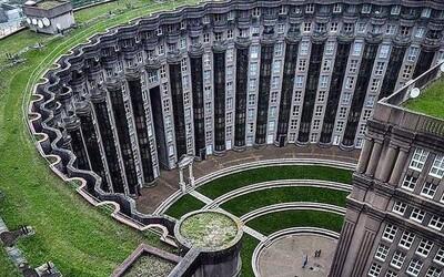 Jeden z najväčších architektonických experimentov skončil fiaskom. V utopickom komplexe majú ľudia pocit, že ich niekto neustále sleduj