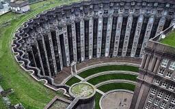 Jeden z největších architektonických experimentů skončil fiaskem. V utopickém komplexu mají lidé pocit, že je někdo neustále sleduje