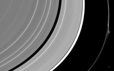Jeden zo Saturnových mesiacov zostal poškodený po kolízii s cudzím telesom