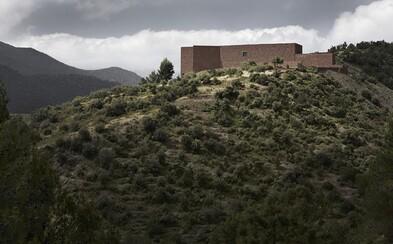 Jedinečný dizajn s nádychom moderny v tehlovej rezidencii ukrytý v srdci marockého pohoria